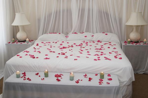 Спальня с лепестками роз и свечами