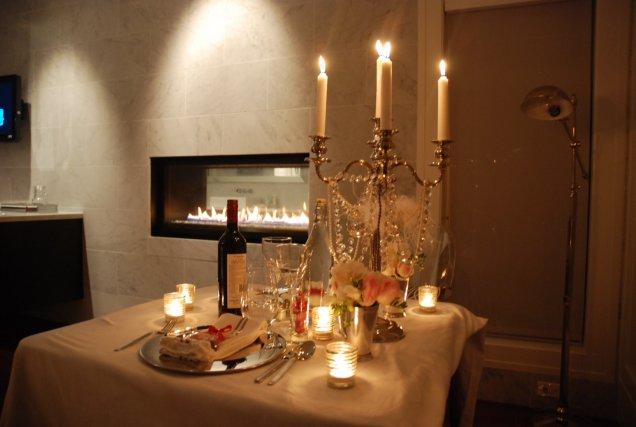 Романтический стол со свечами