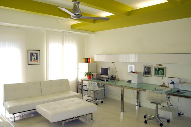 Сложный потолок в белой комнате