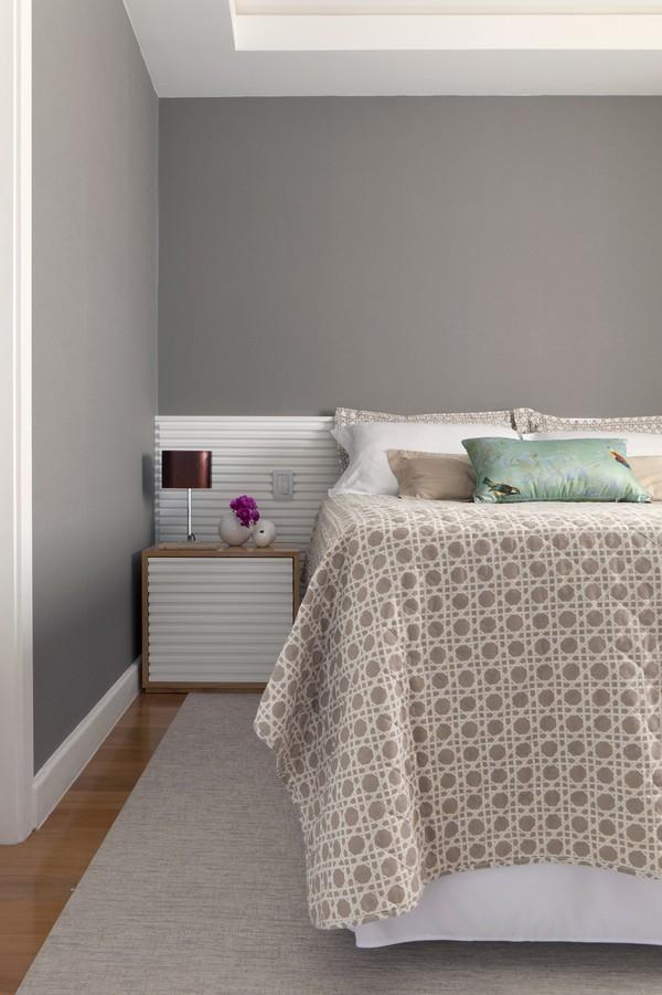 Современный интерьер - спальня с серыми стенами