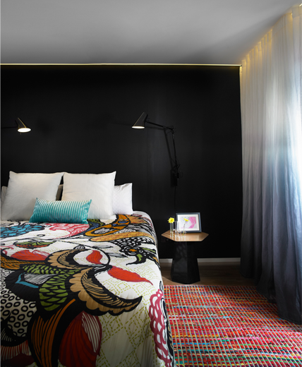 интерьер спальни яркой квартиры