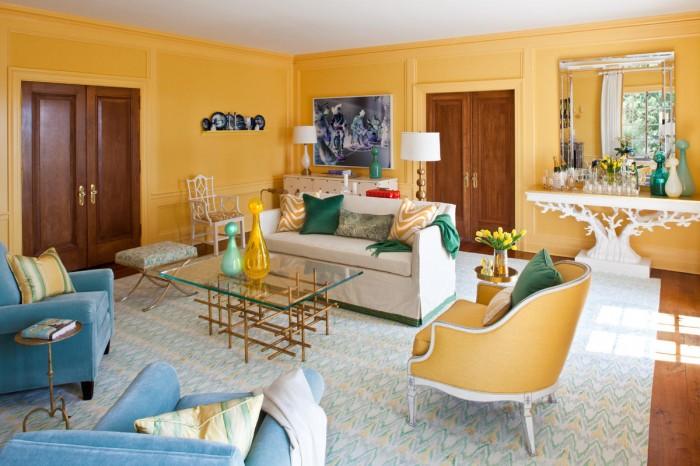 На фото интерьер гостиной комнаты в солнечно-желтом цвете
