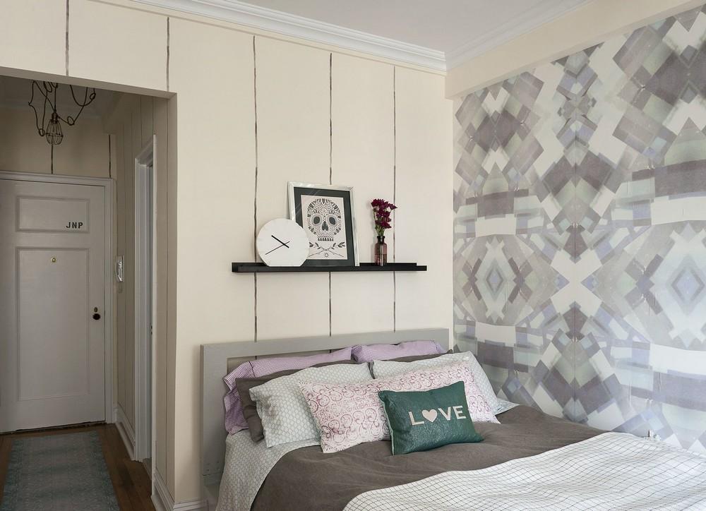 Интерьер квартиры-студии - вид на кровать и прихожую