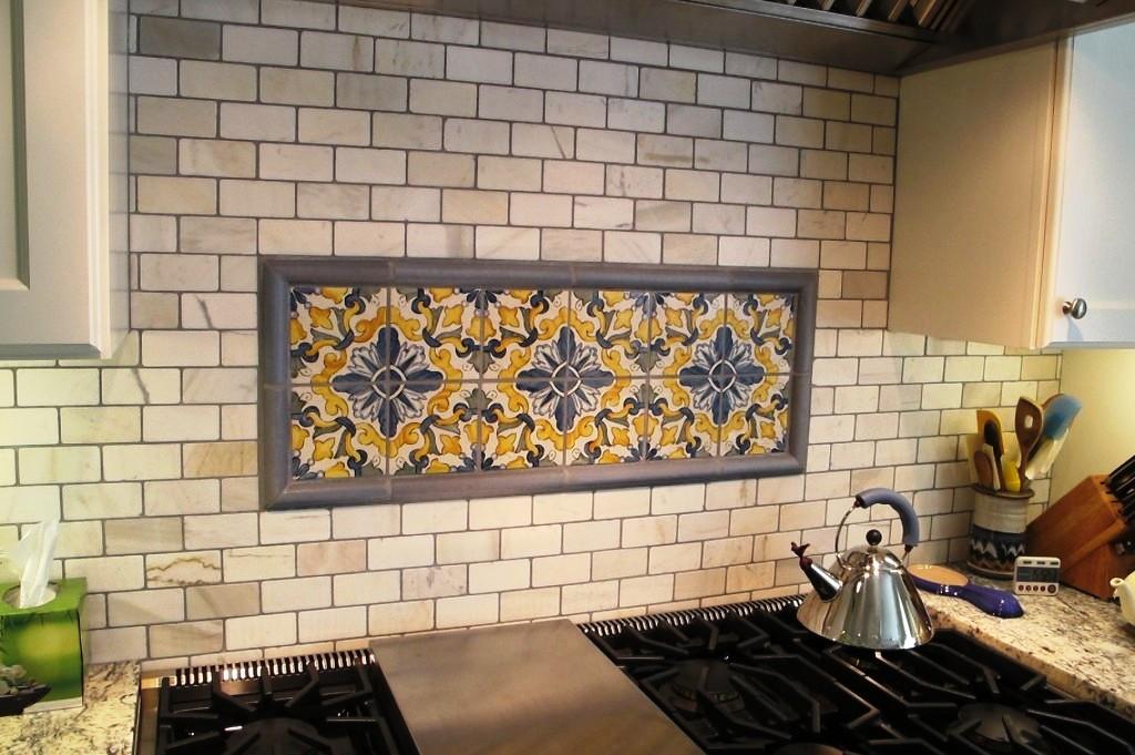отделка стен на кухне плиткой фото