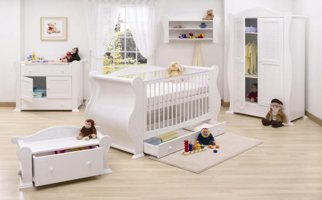 Детская комната белого цвета для новорожденного