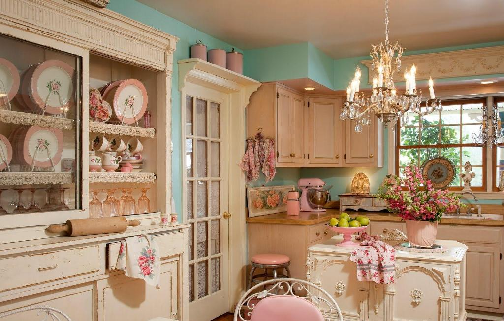 Белая дверь на кухне фото