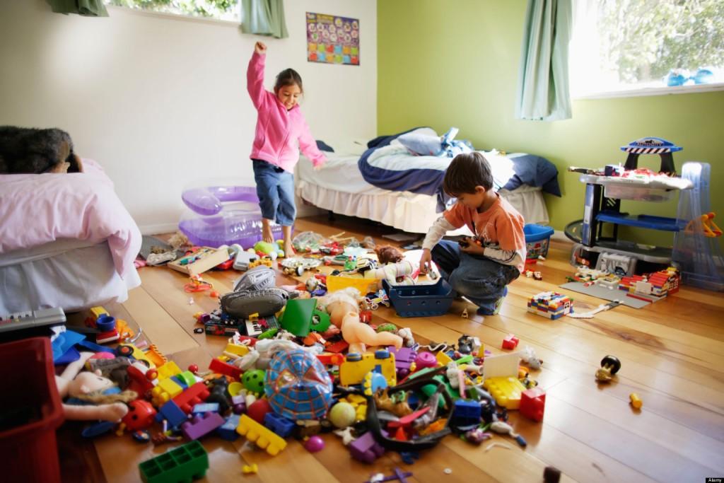 Плохо. Обязательными в игровой зоне должны быть удобные просторные полки, куда легко можно дотянуться. Там дети смогут складывать свои игрушки.