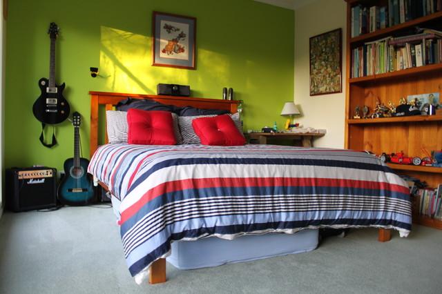 Комната подростка с зеленой стеной