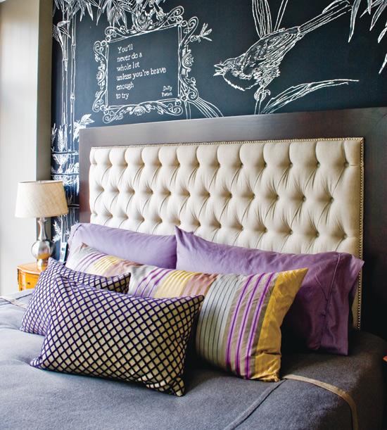 Кровати с мягким изголовьем и настенной росписью