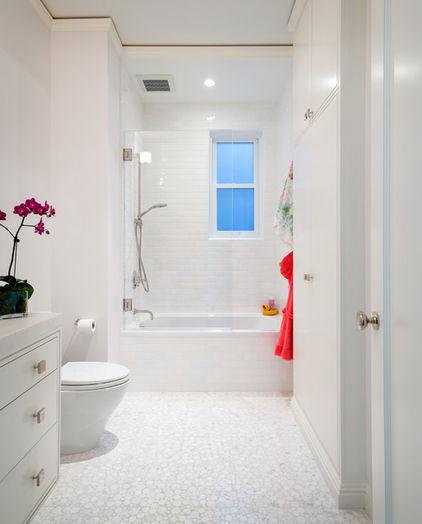 дизайн чистой белой ванной комнаты