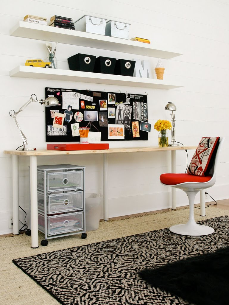 письменный стол в интерьере комнаты девочки подростка
