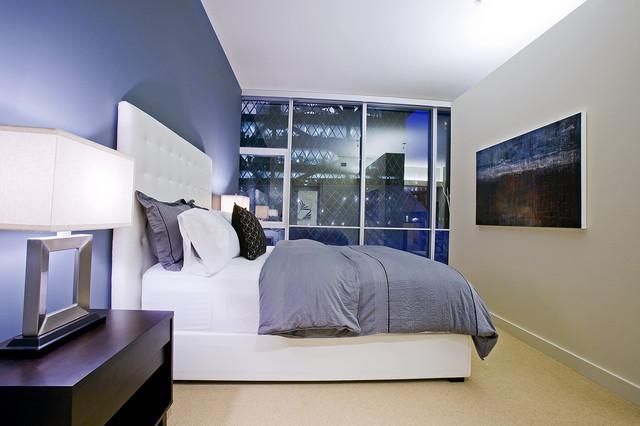 синяя стена в спальне