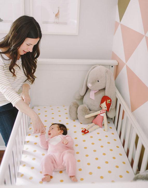 кровать в детской для новорожденного