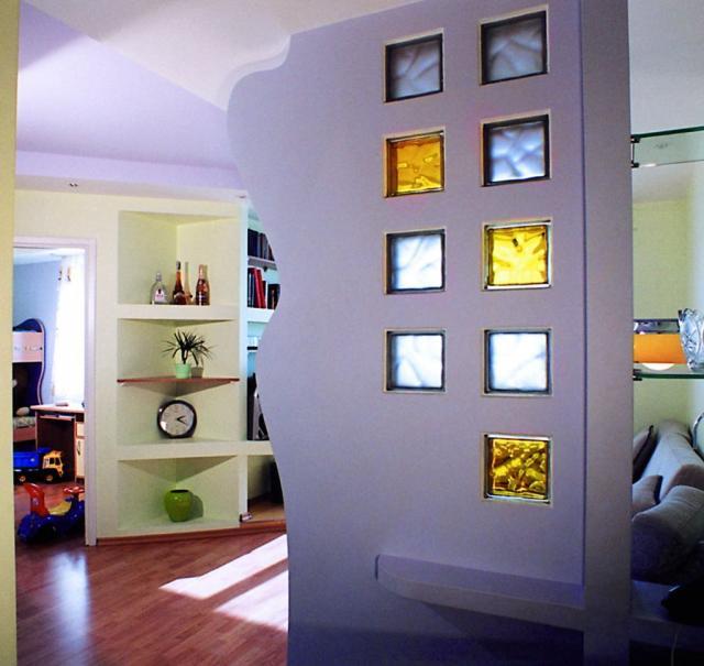 цветные стеклянные кирпичи в межкомнатной перегородке