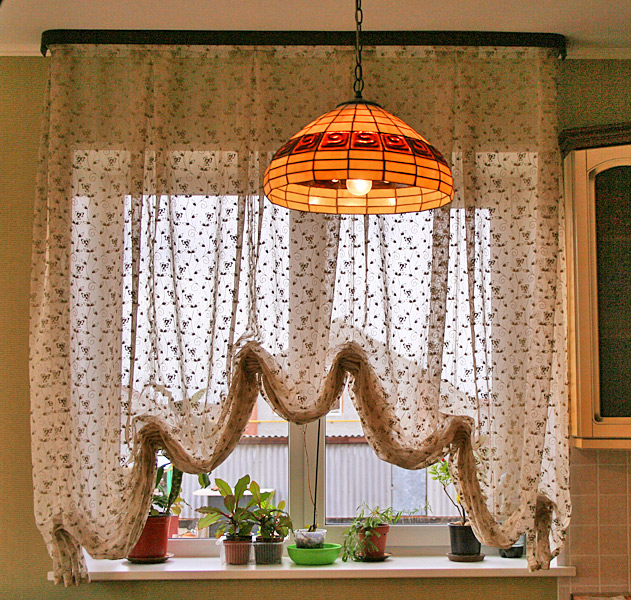 окно с австрийскими шторами