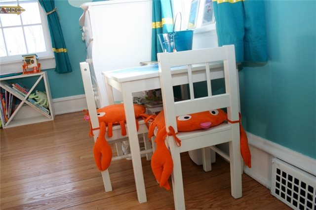 стол в детской комнате для девочки