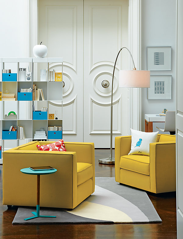 Красный, желтый и голубой в интерьере гостиной