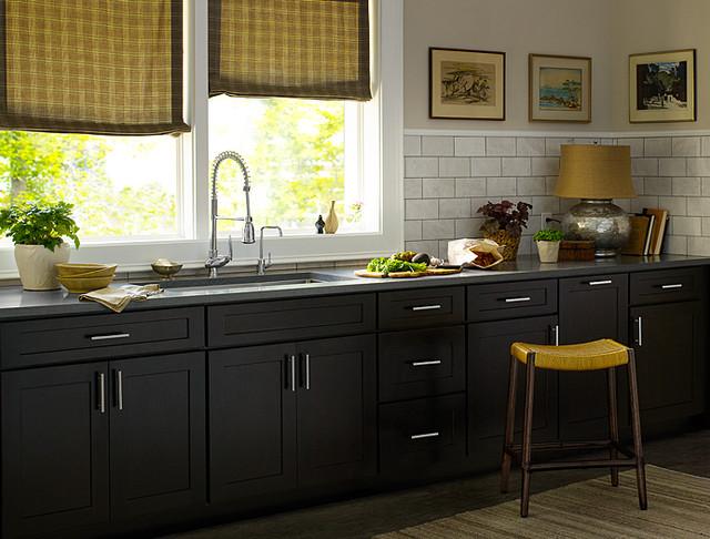 кухня черного цвета с серой столешницей