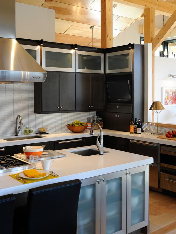 черная кухня с островом и белой столешницей