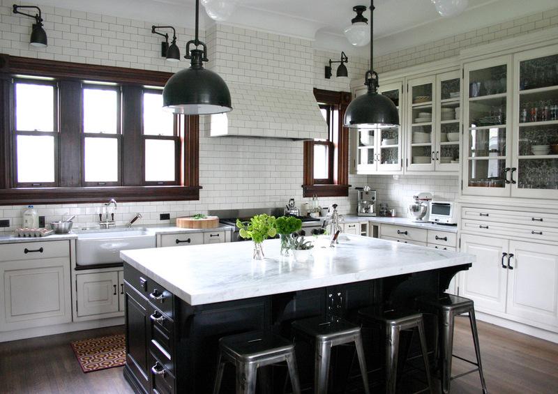 черно-белая кухня в традиционном стиле