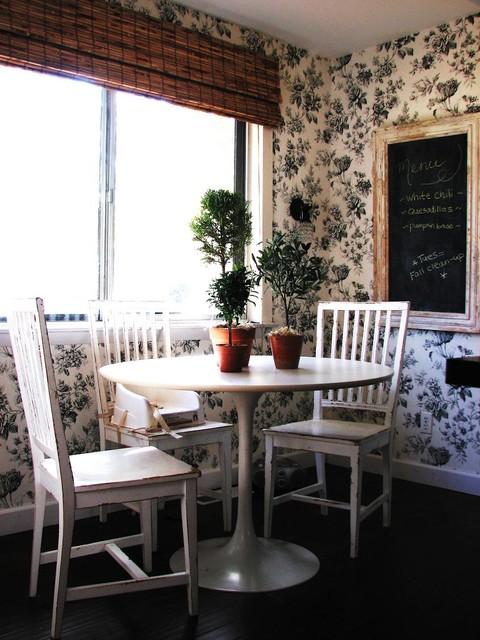 черно-белая кухня в деревенском стиле