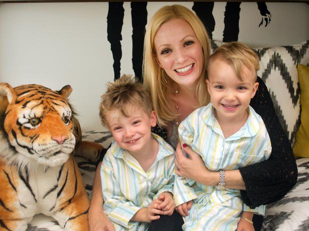 Детская комната для двоих детей - мама и мальчики близнецы