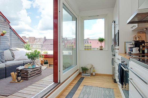 балкон и кухня уютной квартиры