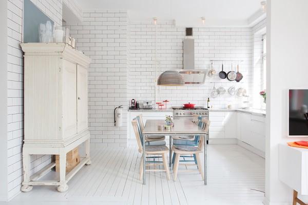 кухня и столовая в квартире с эркером