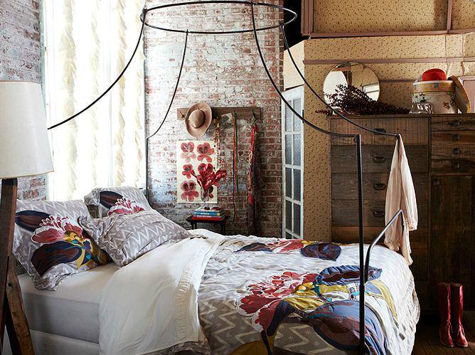 кусок кирпичной стены в спальной комнате