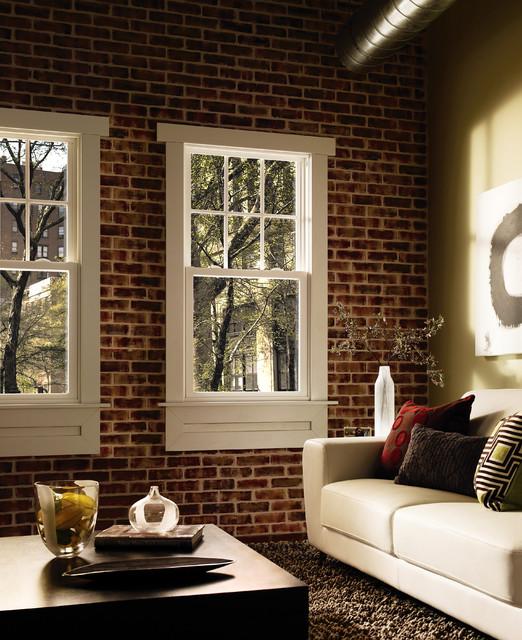 кирпичная стена с окном в интерьере гостиной