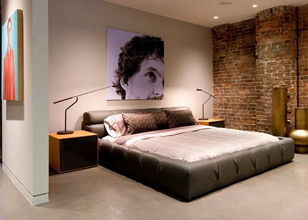 необработанная кирпичная стена в спальне