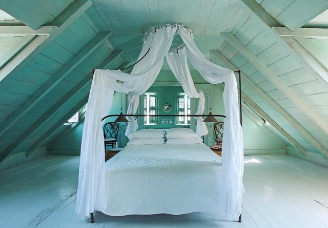 кровать с балдахином на чердаке