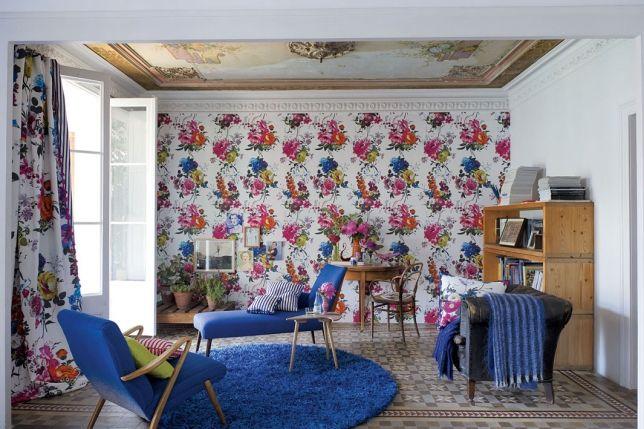 шторы и стена с цветочным орнаментом