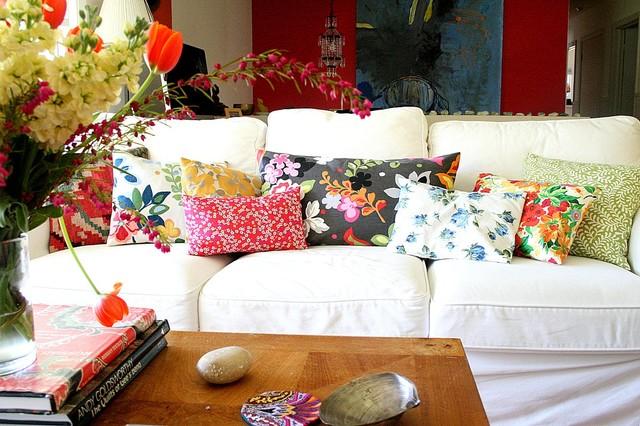 живые цветы и принты в интерьере гостиной