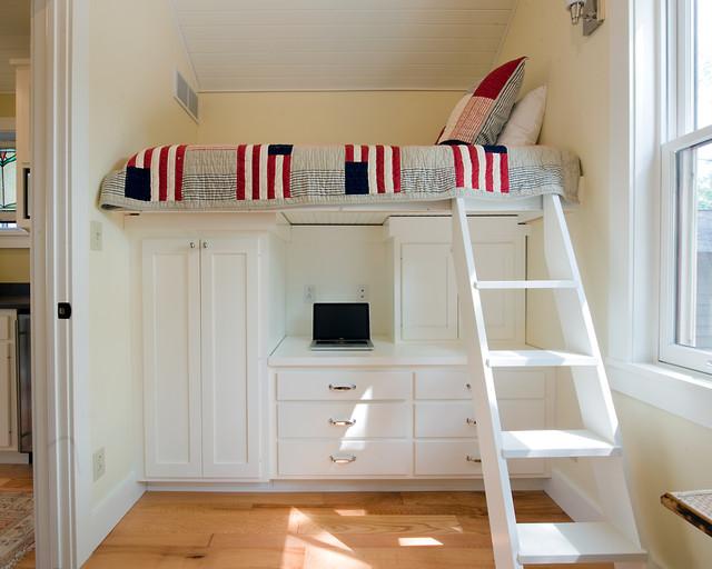 Белая кровать чердак с рабочим столом, шкафами и ящиками
