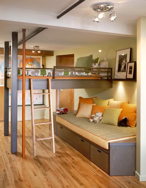 Комната мальчика с кроватью чердаком и диваном для игр
