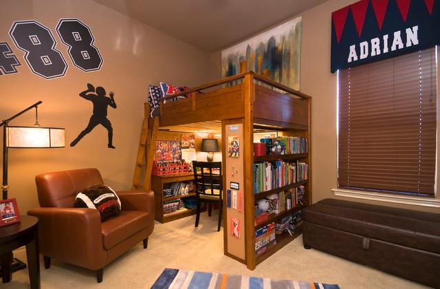 Комната мальчика с деревянной кроватью чердаком
