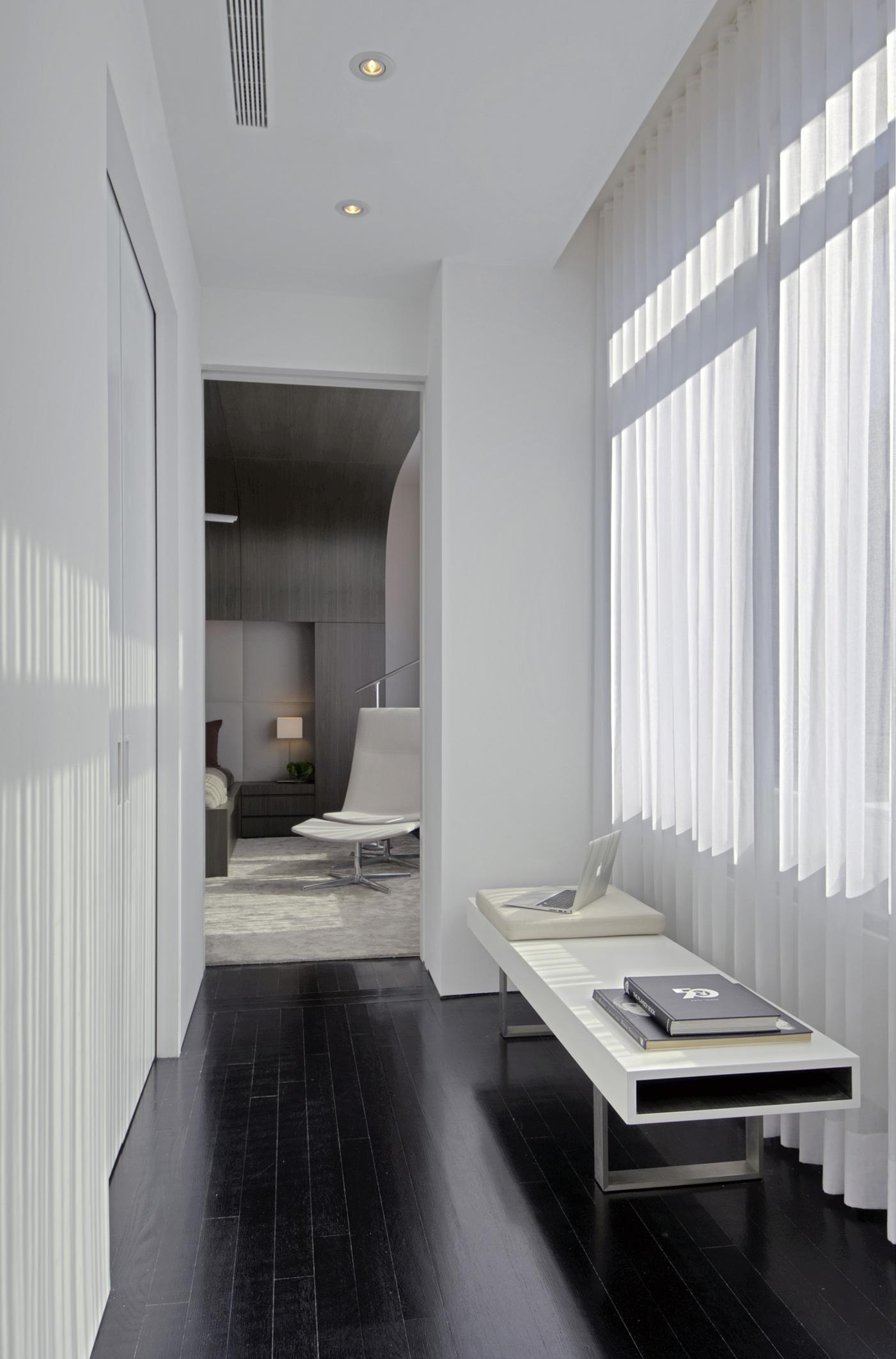 Двухуровневая квартира - интерьер коридора