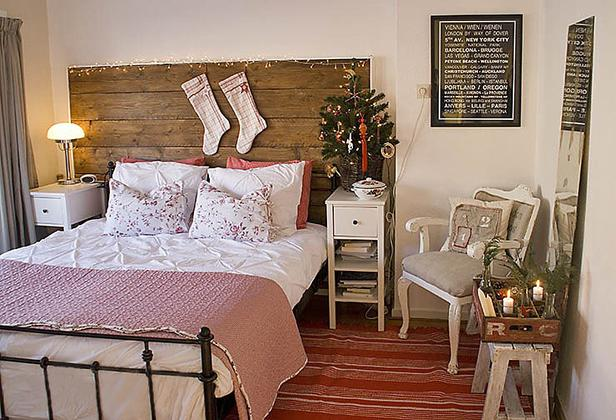 Новогодний интерьер простой спальни