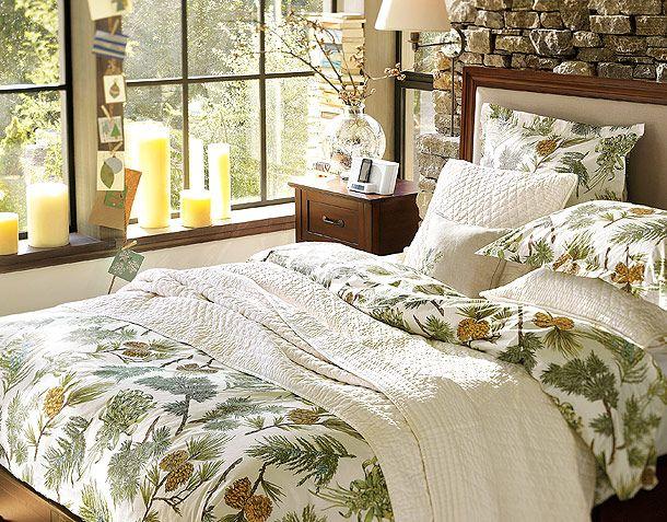 Скромное новогоднее оформление спальной комнаты