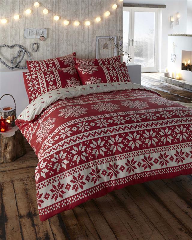 Уютный интерьер спальни в Новый Год