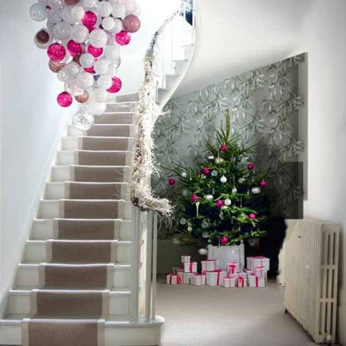 Украшение лестницы и холла на новый год