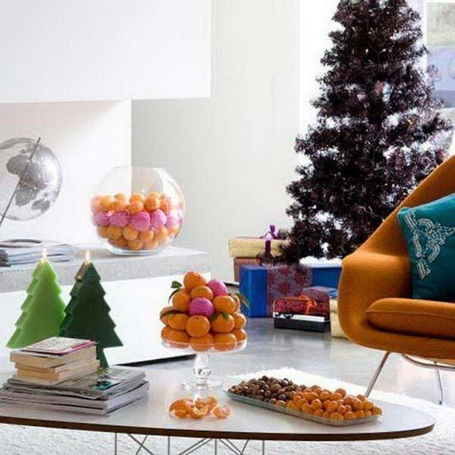 Яркий новогодний интерьер гостиной комнаты
