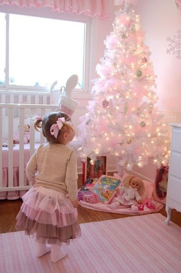 Новогоднее украшение детской с белой елкой