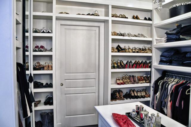 Стол в маленькой гардеробной