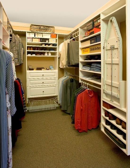 гардеробная комната с гладильной доской