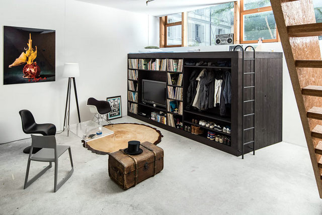 Интерьер однокомнатной квартиры студии с минималистичным жилым кубом