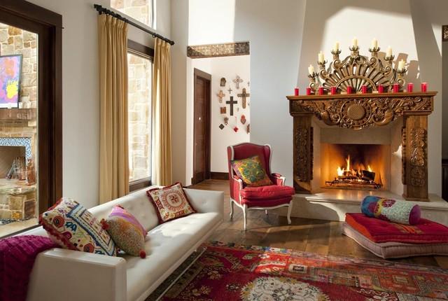 Оформленная в испанском стиле просторная гостиная