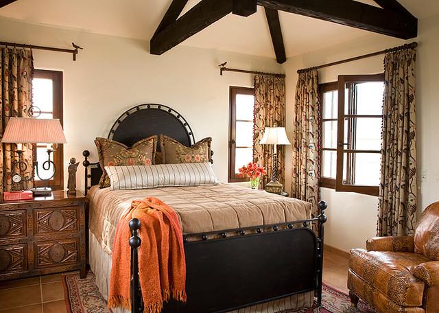 Оформленная в испанском стиле спальная комната