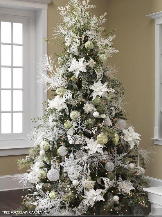 елка украшенная белыми игрушками